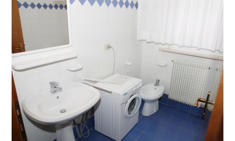 appartamenti VILLA MAZZON: C5 - bagno con lavatrice (esempio)