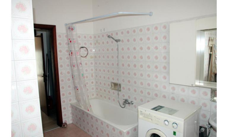 appartamenti NEREIDI: C7 - bagno con vasca (esempio)