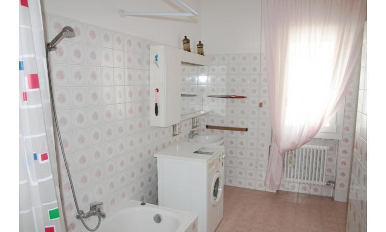 appartamenti NEREIDI: C7 - bagno con lavatrice (esempio)